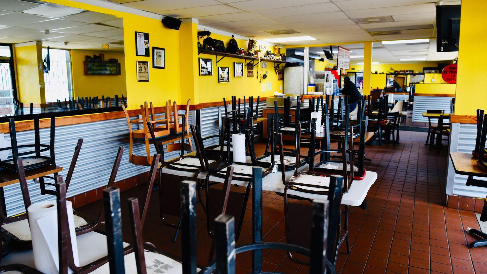El área de comedor del restaurante Tacos la Banqueta de East Dallas se ve vacío tras restricciones de la ciudad por pandemia de coronavirus.