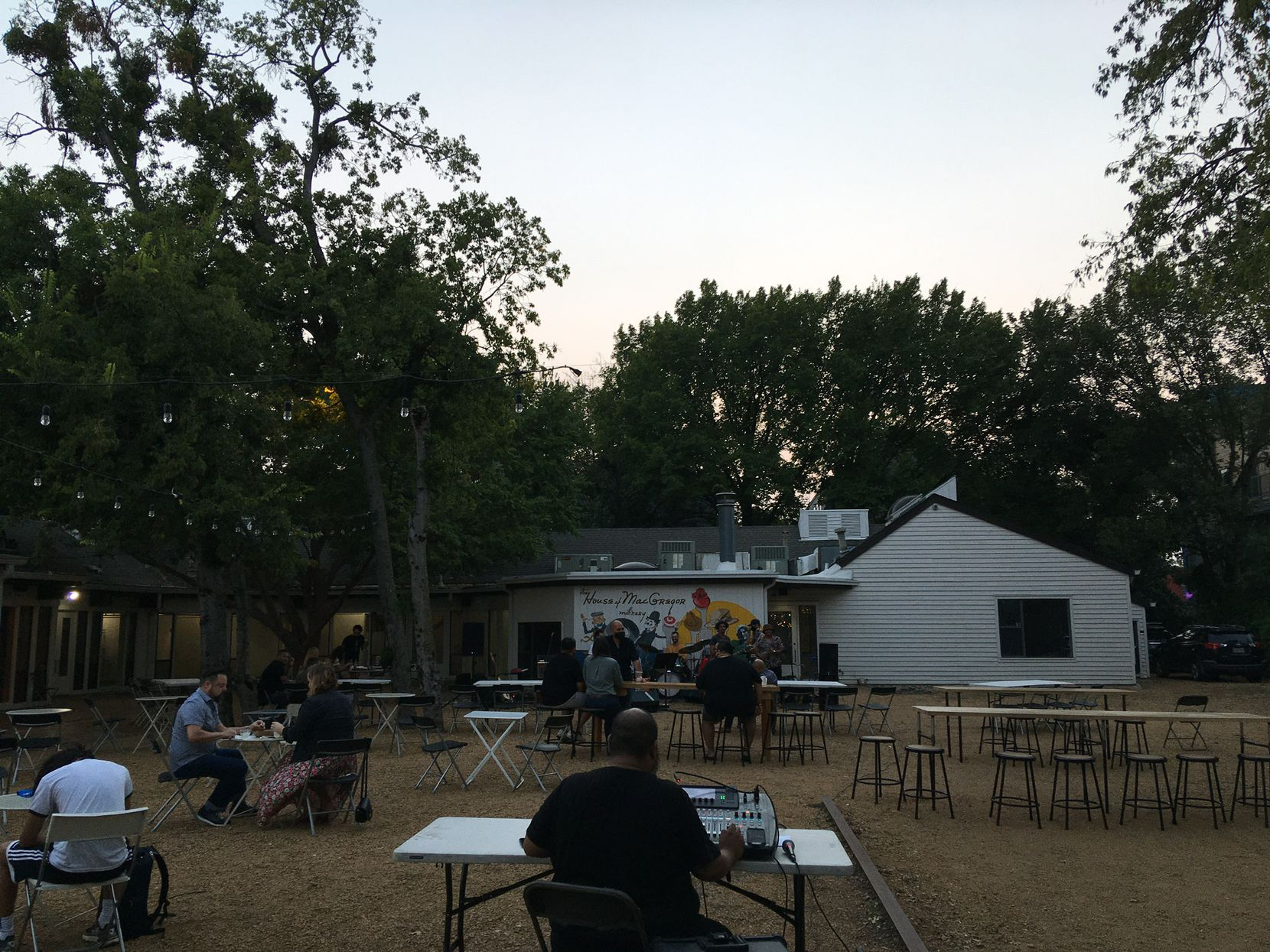An outdoor music show at Trompo in Oak Cliff