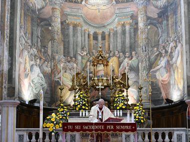 El Papa Francisco ora en la iglesia Santo Spirito de Roma el 19 de abril del 2020.