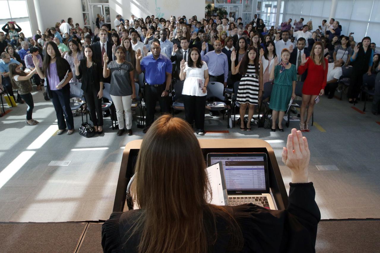 Alrededor de 120 personas participan de una ceremonia de ciudadanía en la sede de USCIS en Irving. Foto: LAWRENCE E. JENKINS / ESPECIAL PARA AL DÍA