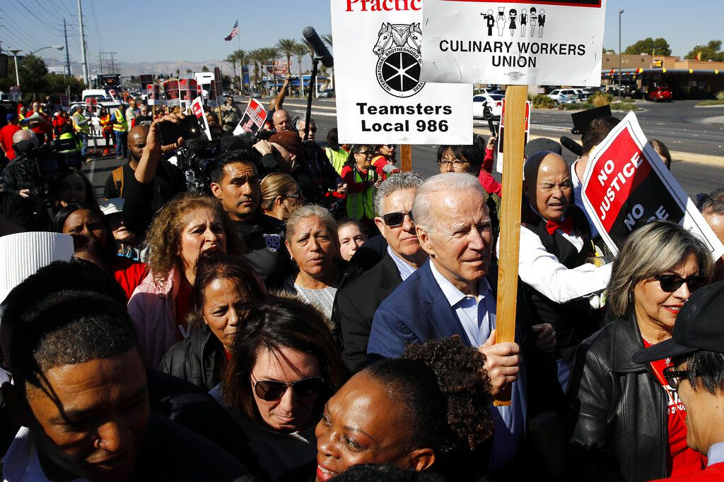 ARCHIVO - En esta foto de archivo del 19 de febrero de 2020, el candidato presidencial demócrata Joe Biden participa de un piquete con el sindicato de trabajadores culinarios frente al casino Palmas en Las Vegas.  (AP Foto/Patrick Semansky, File)