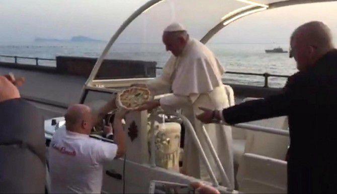 En esta imagen tomada de un video, Enzo Cacialli le entrega una pizza al papa Francisco en Nápoles.(AP)