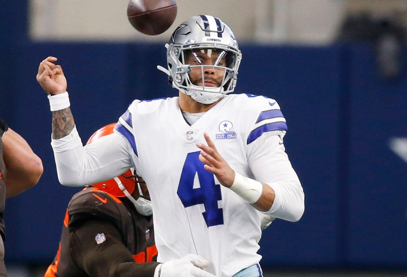 El mariscal de los Dallas Cowboys, Dak Prescott (4), es presionado por el ala defensivo de los Cleveland Browns, Myles Garrett, en el partido del 4 de octubre de 2020 en el AT&T Stadium de Arlington.