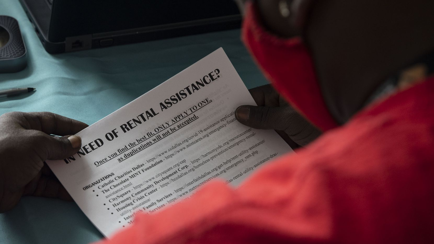 En esta fotografía de archivo del lunes 28 de junio de 2021, un hombre recibe recursos de sus abogados con Legal Aid of Northwest Texas en una corte en Dallas.