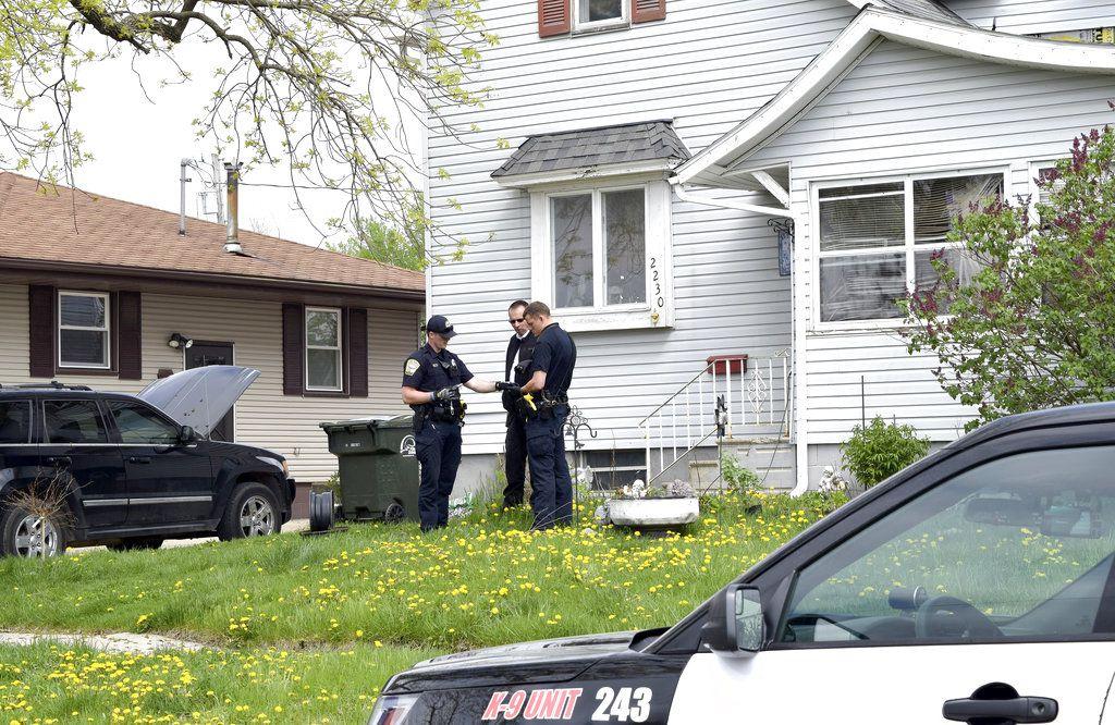 Los policías de Fort Dodge, Matt Weir, a la izquieda, Larry Hedlund y Jacob Naatz investigan un tiroteo accidental el miércoles 9 de mayo de 2018 en Fort Dodge, Iowa. (Joe Sutter/The Messenger via AP)