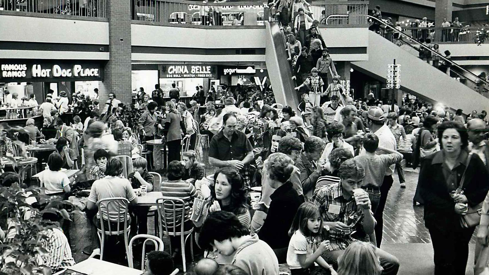 Shot November 24, 1978 - PUBLISHED November 25, 1978 - Shoppers at Valley View Mall pack the shopping center on the first day of the Christmas shopping season.
