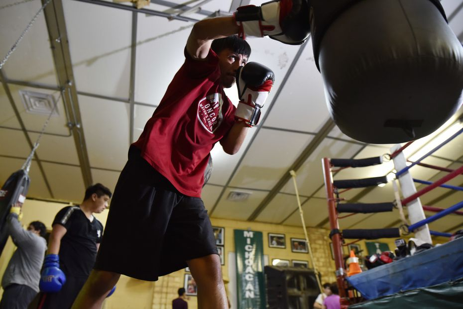 Bayron Gutierrez, de 18 años, entrena en el gimnasio de Casa Guanajuato.