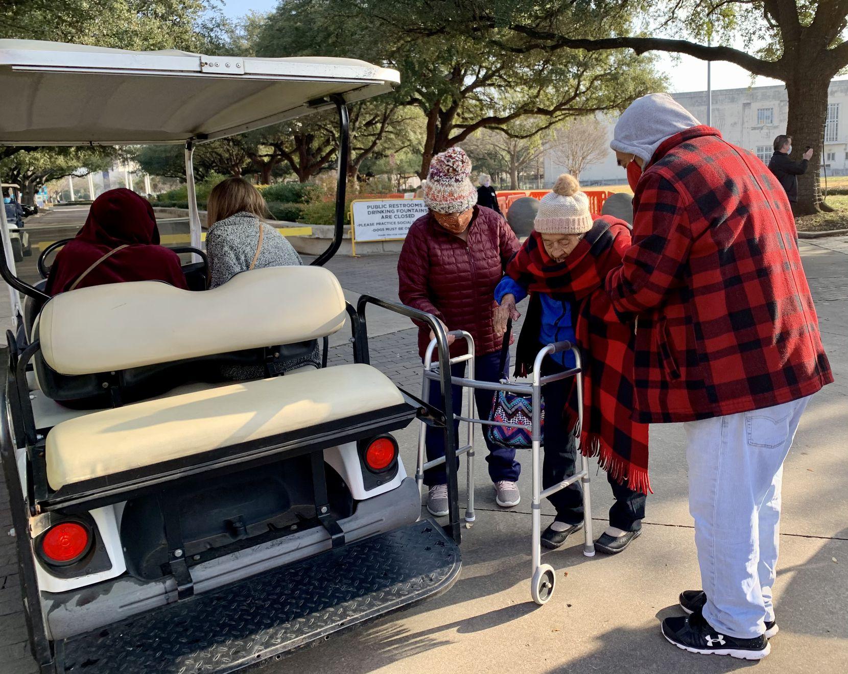Juana Cortés (centro), de 98 años, fue una de las primeras que acudió a vacunarse contra el coronavirus en el megacentro de vacunación de Fair Park, en Dallas.