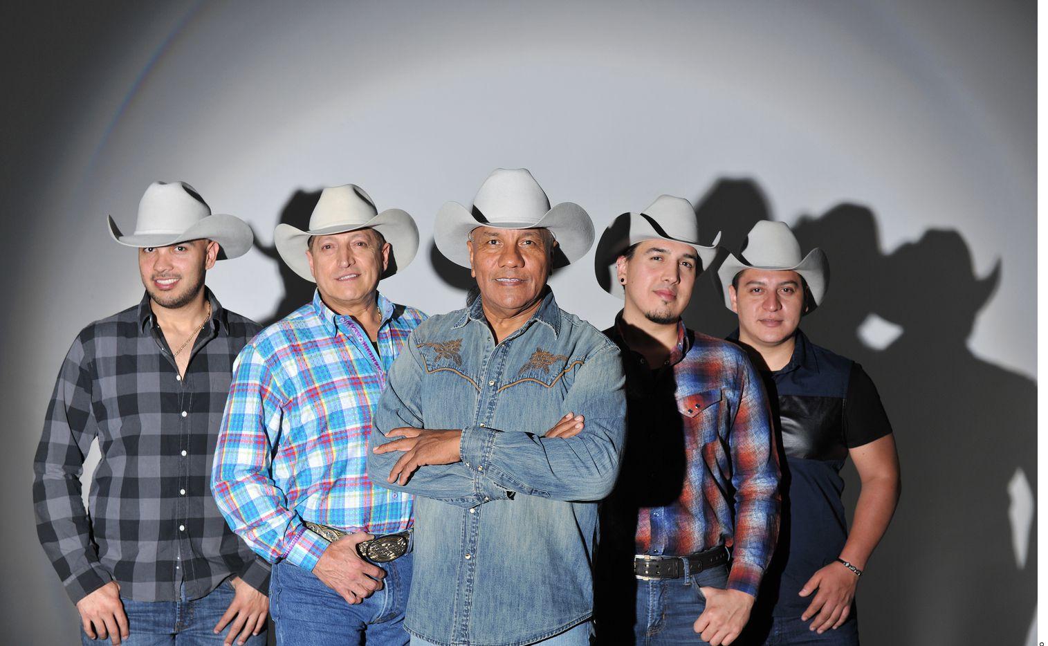 Ante la renuncia de Ramiro Delgado Jr. (der.), el líder del grupo Lupe Esparza (centro) decidió utilizar las redes sociales para expresar su sentir.