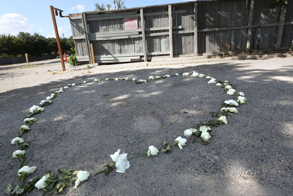 A memorial for Sara Hudson made from roses in the shape of hearts lies a few blocks west of Greenville Avenue in Dallas on Thursday, Aug. 22, 2019. Hudson's body was found in a burning SUV on Monday. (Lynda M. Gonzalez/The Dallas Morning News)