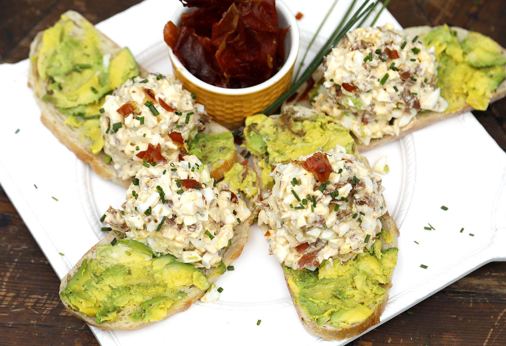 Τοστ αβοκάντο με αυγό προσούτο σαλάτα