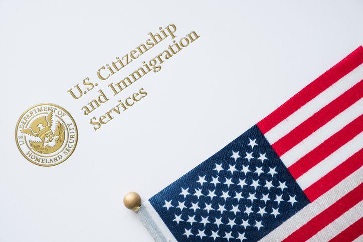 Un folder con las preguntas para el examen para obtener la ciudadanía de Estados Unidos.