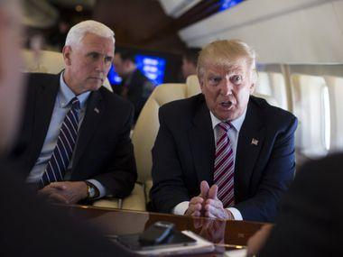Foto de archivo de Donald Trump (der.) junto al vicepresidente Mike Pence. El mandatario pidió al Congreso aprobar un incentivo para las aerolíneas.