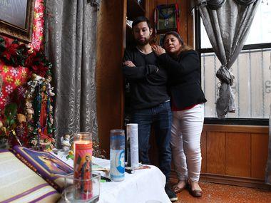 Aunque Juan Carlos Cerda, 27, sí recibirá el apoyo del gobierno por el coronavirus, sus padres serán excluidos pese a pagar impuestos.