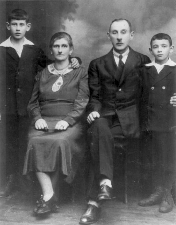 Holocaust survivor Jack Repp (far right) with his family before the Nazis invaded Poland in the fall of 1939