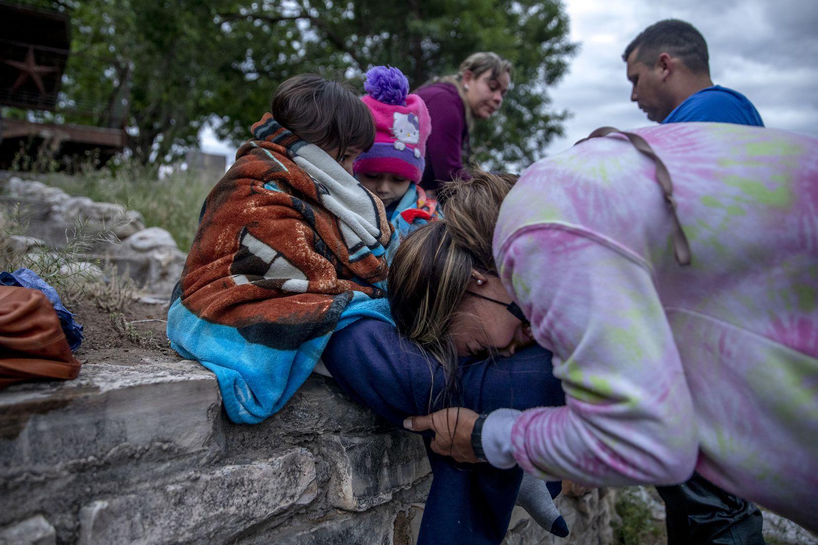 Johenny Sánchez llora después de cruzar el Río Grande cerca de Del Río el viernes 30 de abril de 2021. Sánchez, quien es de Venezuela, hizo el viaje con su hija, Julieta, y su esposo, Carlos Valles. (Jessica Phelps / San Antonio Express-News)