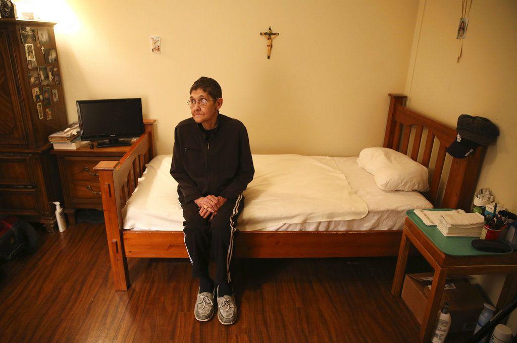 Marsha Wetzel fotografiada en su habitación de una residencia para ancianos en Illinois el 25 de enero del 2017. Wetzel dice que se encierra en su habitació porque teme ser hostigada por su condición de lesbiana si sale. El bullying no tiene edad y se da también entre los ancianos. (Chris Sweda/Chicago Tribune via AP)