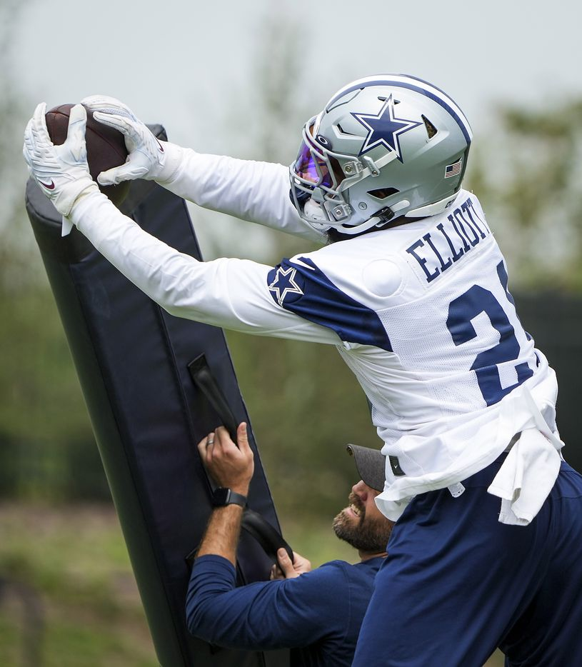 Dallas Cowboys running back Ezekiel Elliott (21) makes a catch while participating in a drill during a minicamp practice at The Star on Wednesday, June 9, 2021, in Frisco. (Smiley N. Pool/The Dallas Morning News)