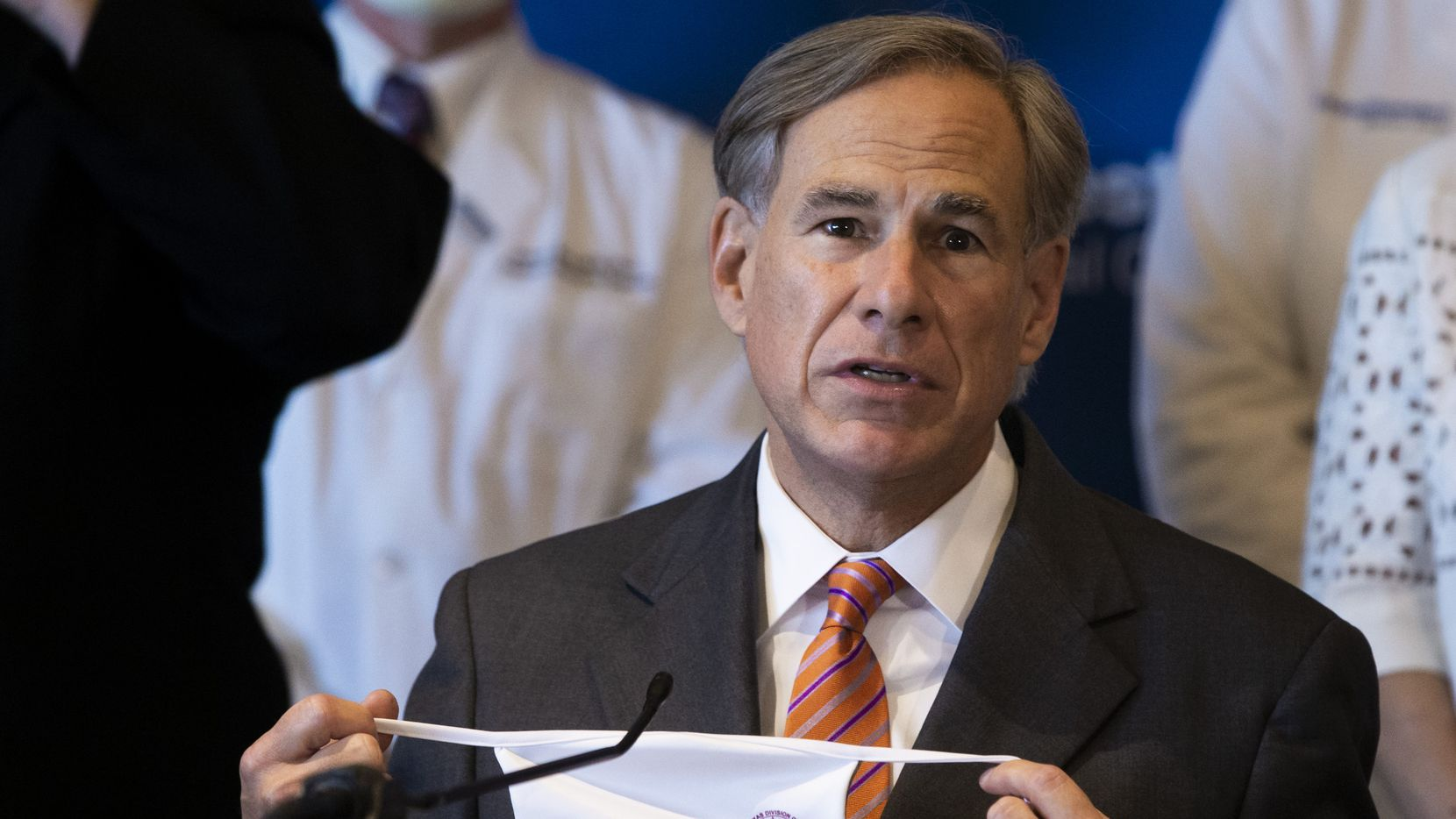 El gobernador de Texas Greg Abbott quería eliminar el mandato de las mascarillas en febrero, pero la tormenta invernal cambió sus planes.