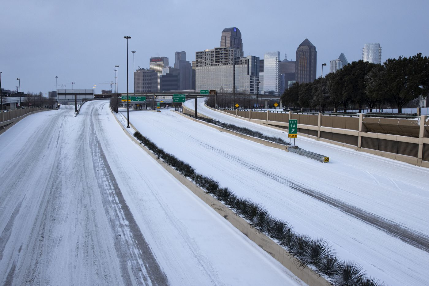 Snow covers US 75 heading into Downtown in Dallas on Monday morning, Feb. 15, 2021. (Juan Figueroa/ The Dallas Morning News)
