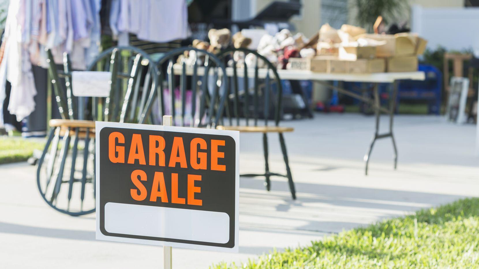Ciudades en el Norte de Texas vuelven a emitir permisos para ventas de garaje.