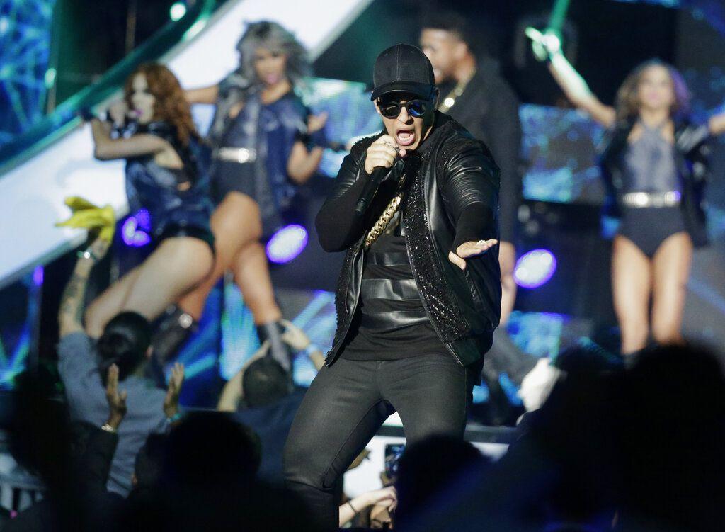"""En esta foto del 28 de abril de 2016, Daddy Yankee canta en la ceremonia de los Premios Billboard de la Música Latina en Coral Gables, Florida. El astro puertorriqueño será el primero que cante en español en el programa nocturno de tertulia """"The Late Late Show with James Corden"""" de CBS el miércoles 20 de marzo del 2019. (Foto AP/Wilfredo Lee, Archivo)"""