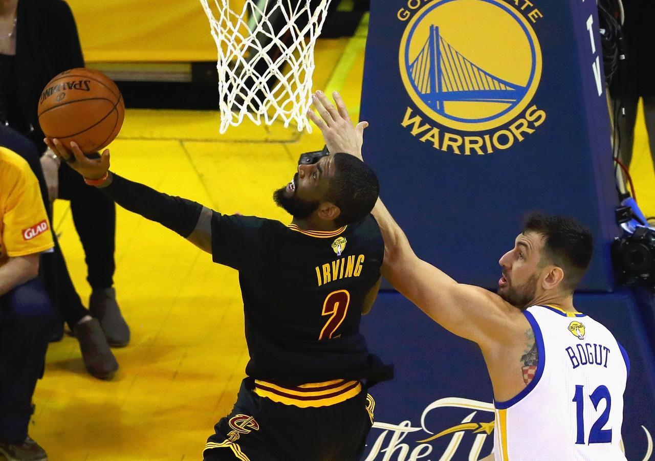 Kyrie Irving anotó 41 puntos en la victoria de los Cavs ante los Warriors en el Juego 5 de las Finales. (GETTY IMAGES/EZRA SHAW)