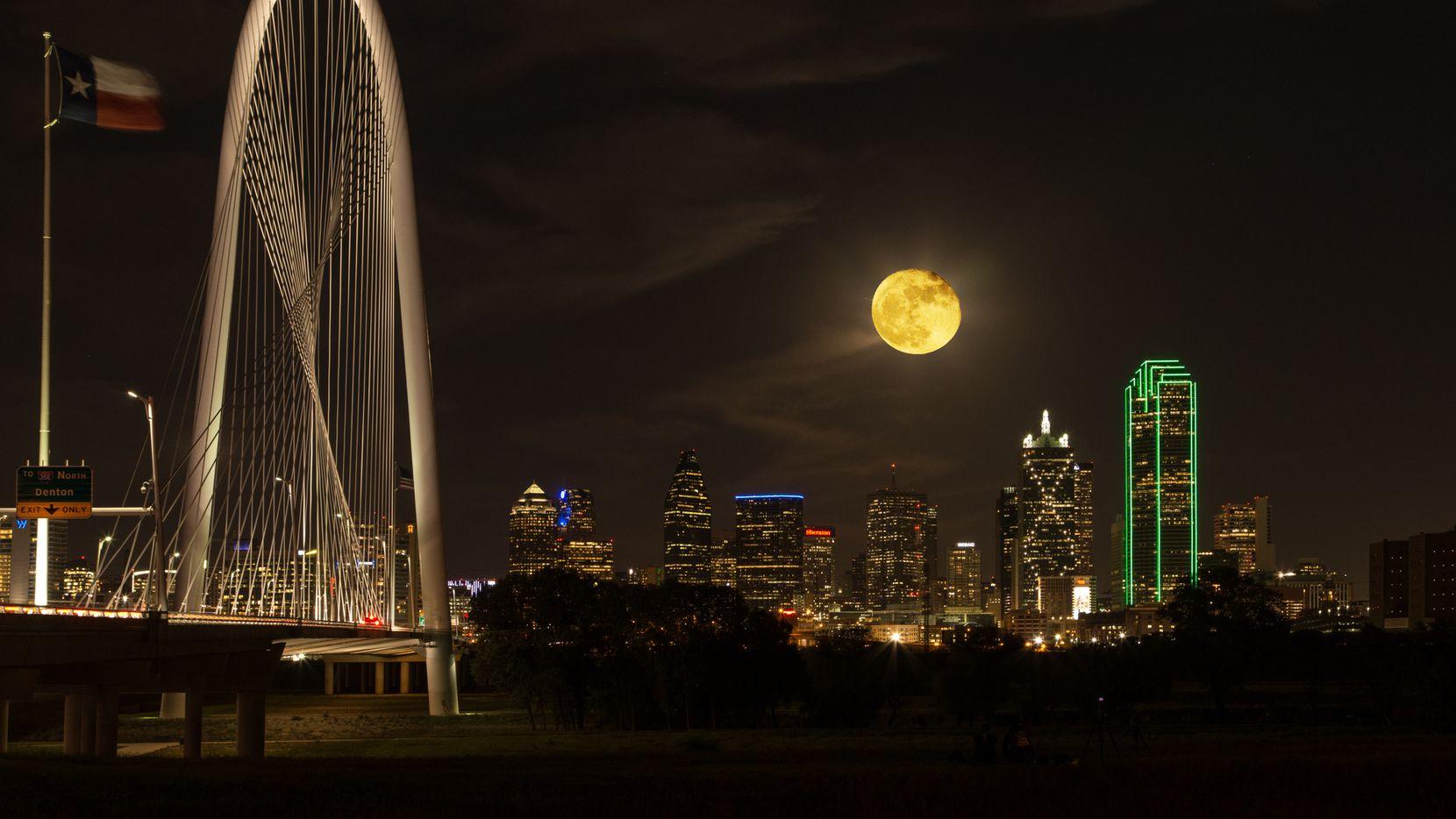 """La madrugada de este lunes podrá verse una superluna """"de sangre"""" y un eclipse lunar desde el Norte de Texas, por lo que podrá observarse a la luna en color rojo."""