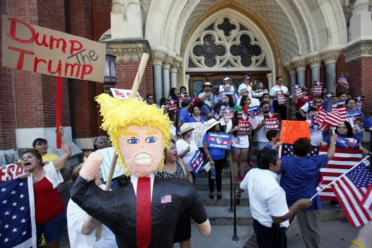 Activistas utilizaron en septiembre una piñata emulando al candidato republicano Donald Trump durante una protesta contra su mensaje considerado ofensivo para los inmigrantes.(ARCHIVO/AL DÍA)