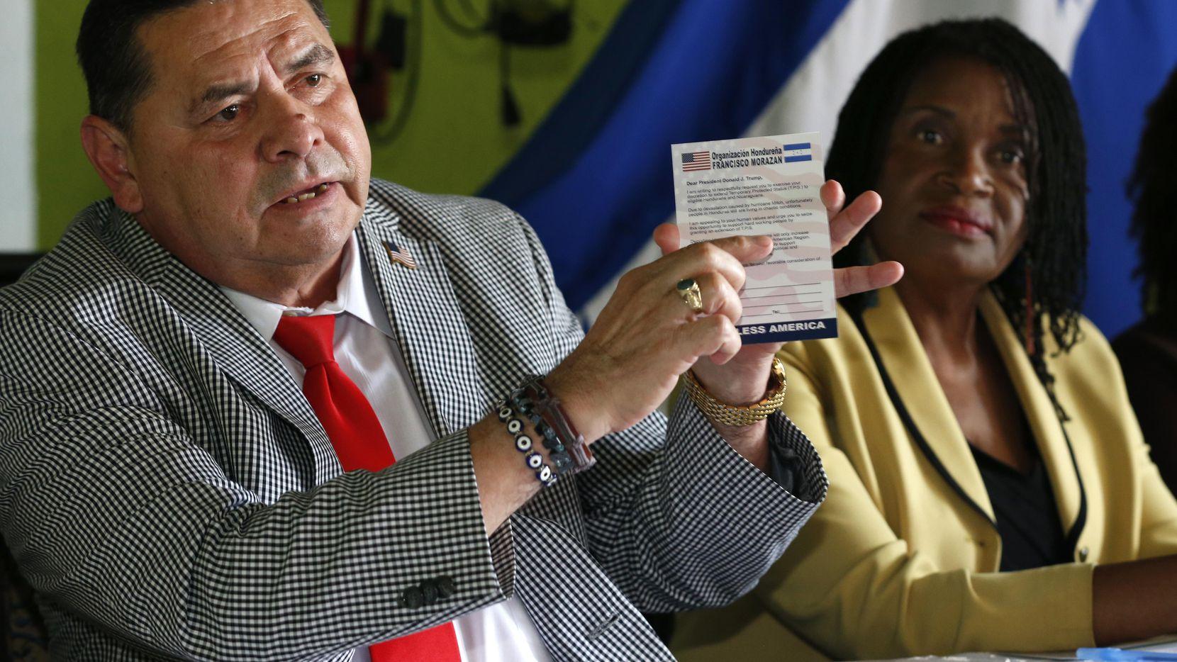Francisco Portillo, líder del Movimiento Hondureño Francisco Morazán, izquierda, sostiene una postal dirigida a Donald Trump para pedirle que extienda el beneficio del TPS, que protege a cientos de miles de centroamericanos y haitianos. Junto con él, Marleine Bastien, derecha, directora ejecutiva de Haitian Women of Miami (FANM), da una conferencia de prensa en Miami, Florida, el miércoles 7 de junio de 2017. (AP/WILFREDO LEE)