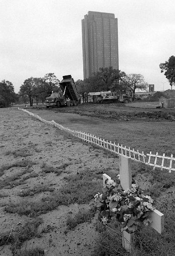 11-17-94...Shot 11-17-94...A cross marks a  grave in the Freedman's cemetery where 1,513 people will be re- buried. Some of the graves have been completed. Workmen continue  digging the remaining graves at Central and Lemmon avenue in  Dallas on Thursday.