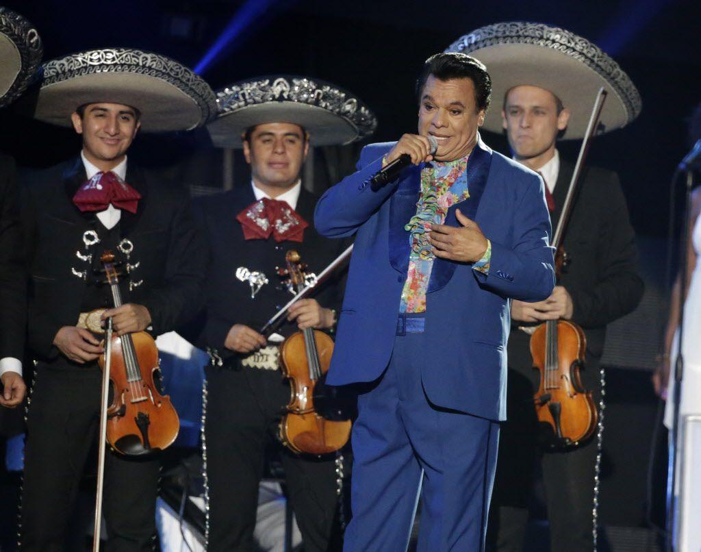 Juan Gabriel cantó durante la entrega de Premios Billboard a la Música Latina. /AP