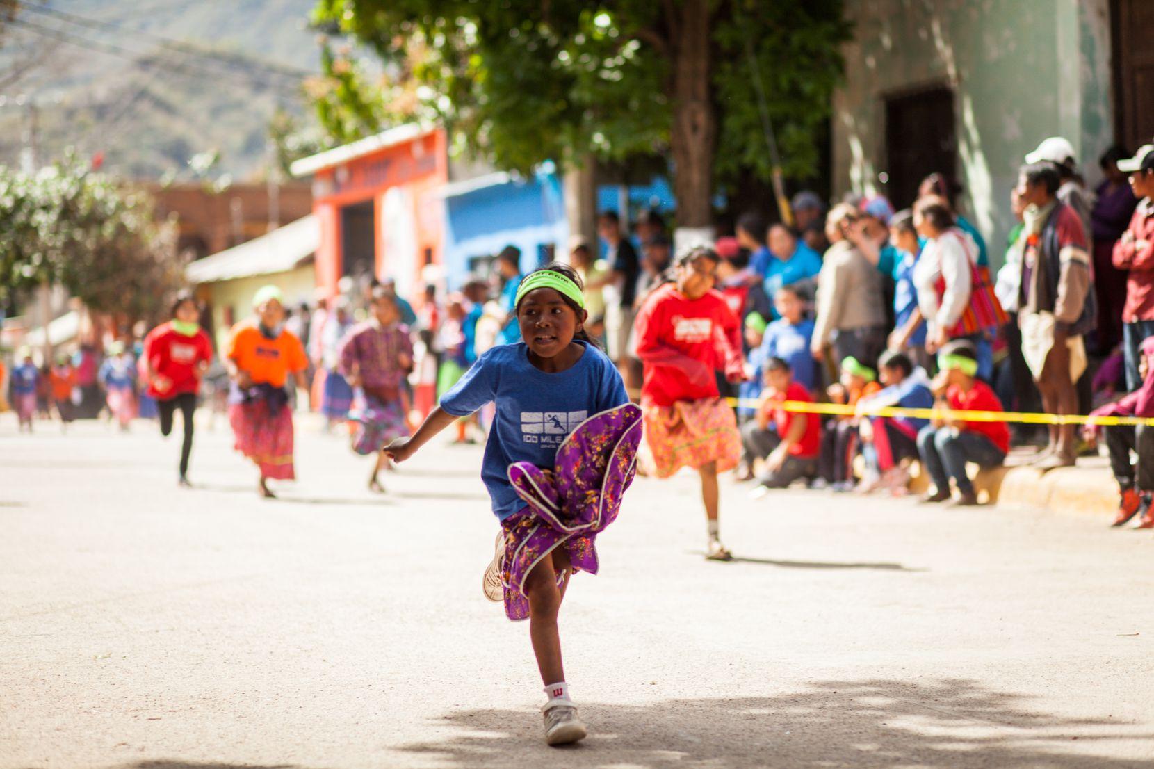 Una niña Tarahumara compite en una carrera en lo alto de la Sierra Madre, en Chihuahua, México.