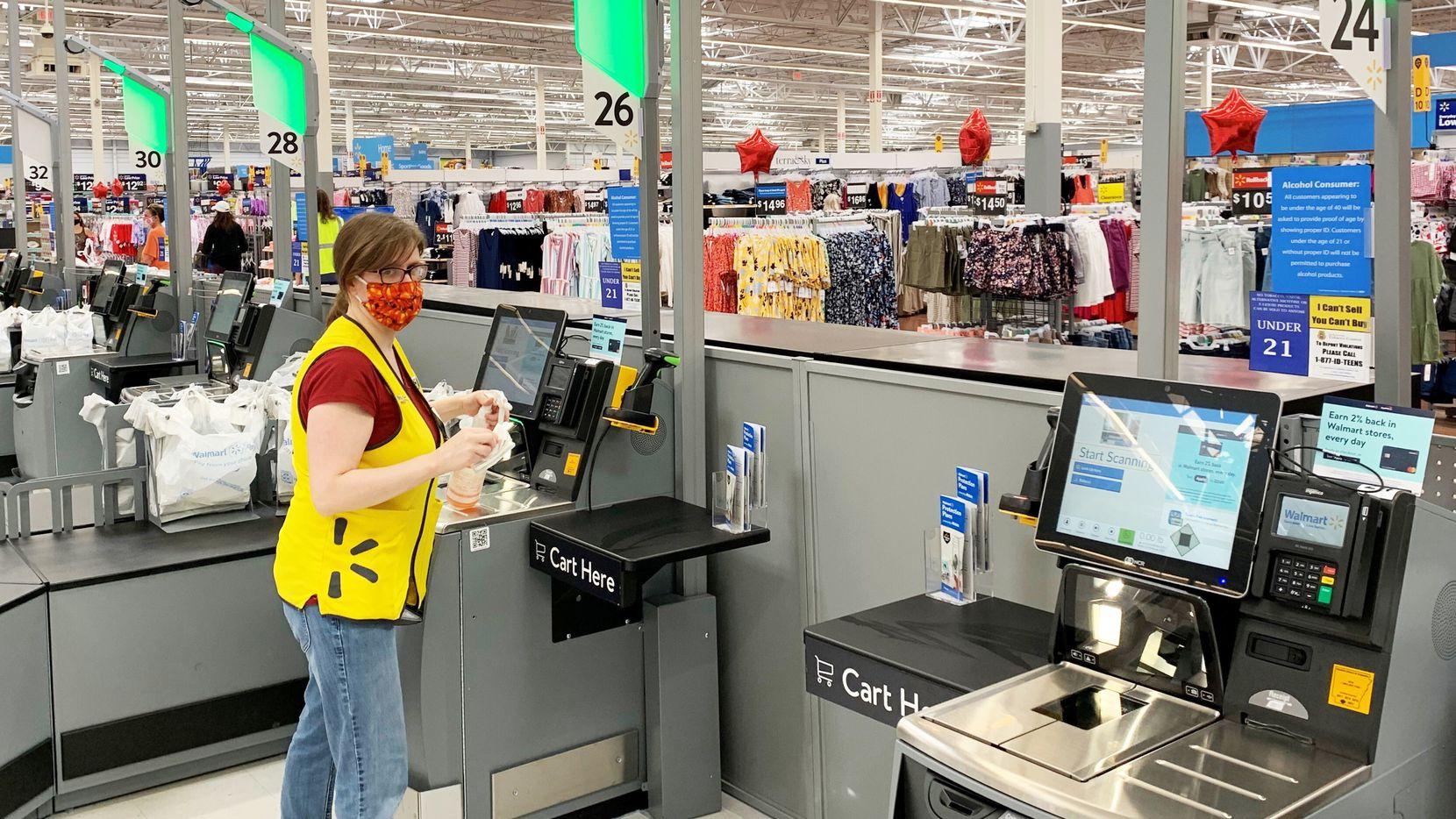Una vista a la sección de self-checkout del Walmart Supercenter de Fayetteville, Arkansas, el primero de su tipo.