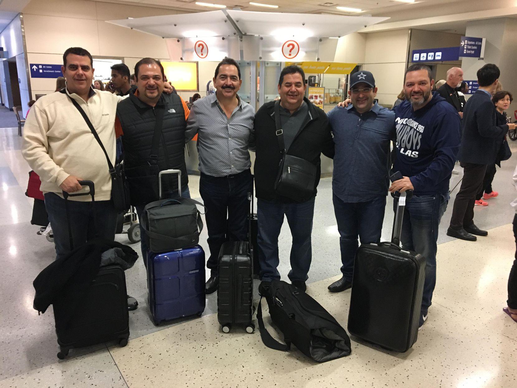 Algunos fans de los Cowboys en el aeropuerto D-FW a su llegada desde México. Foto Javier Giribet/Especial para Al Día