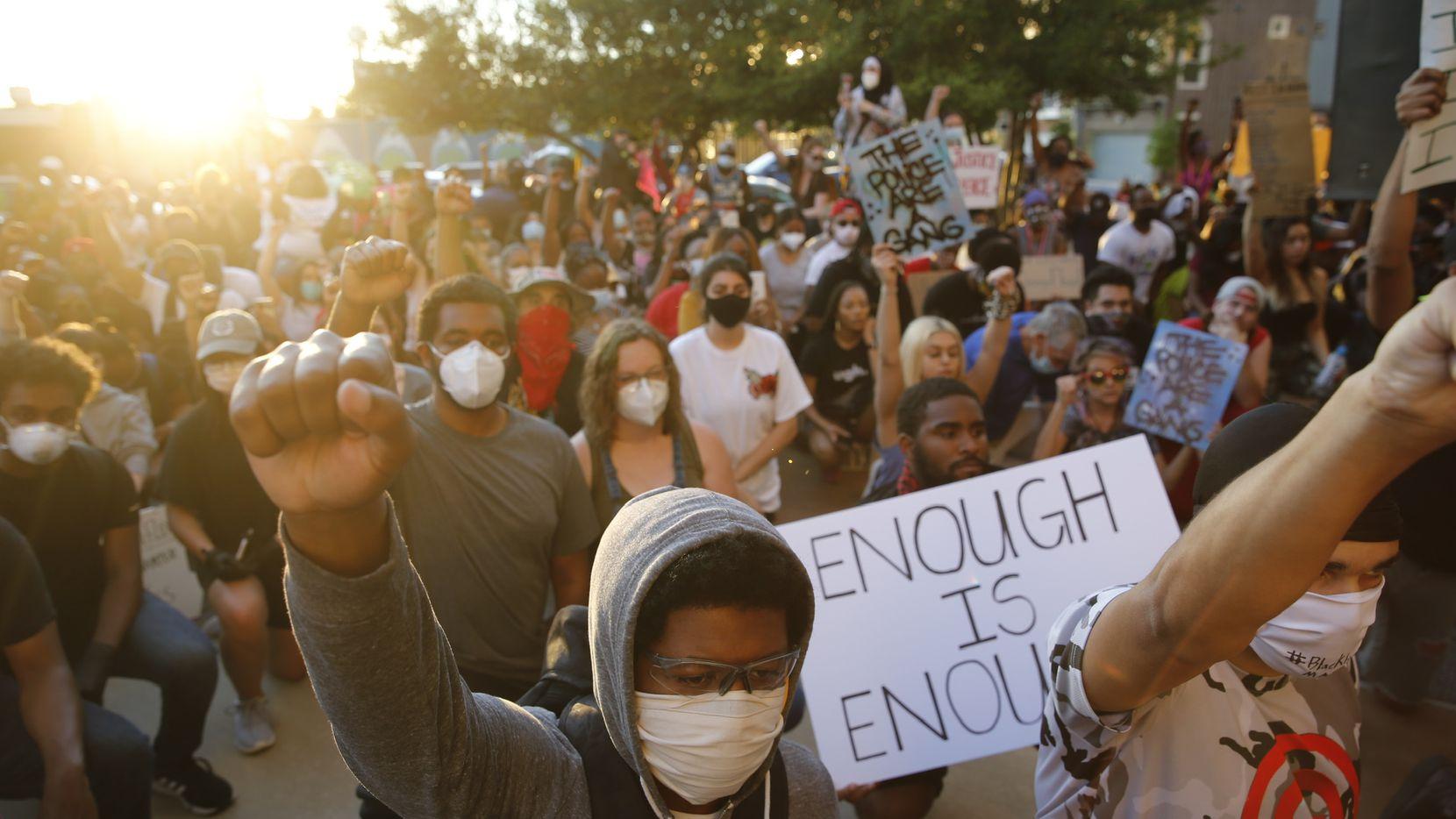 Manifestantes protestaron el viernes 29 de mayo frente al cuartel de la Policía de Dallas por abusos y brutalidad de los cuerpos policiales a las minorías a lo largo del país.
