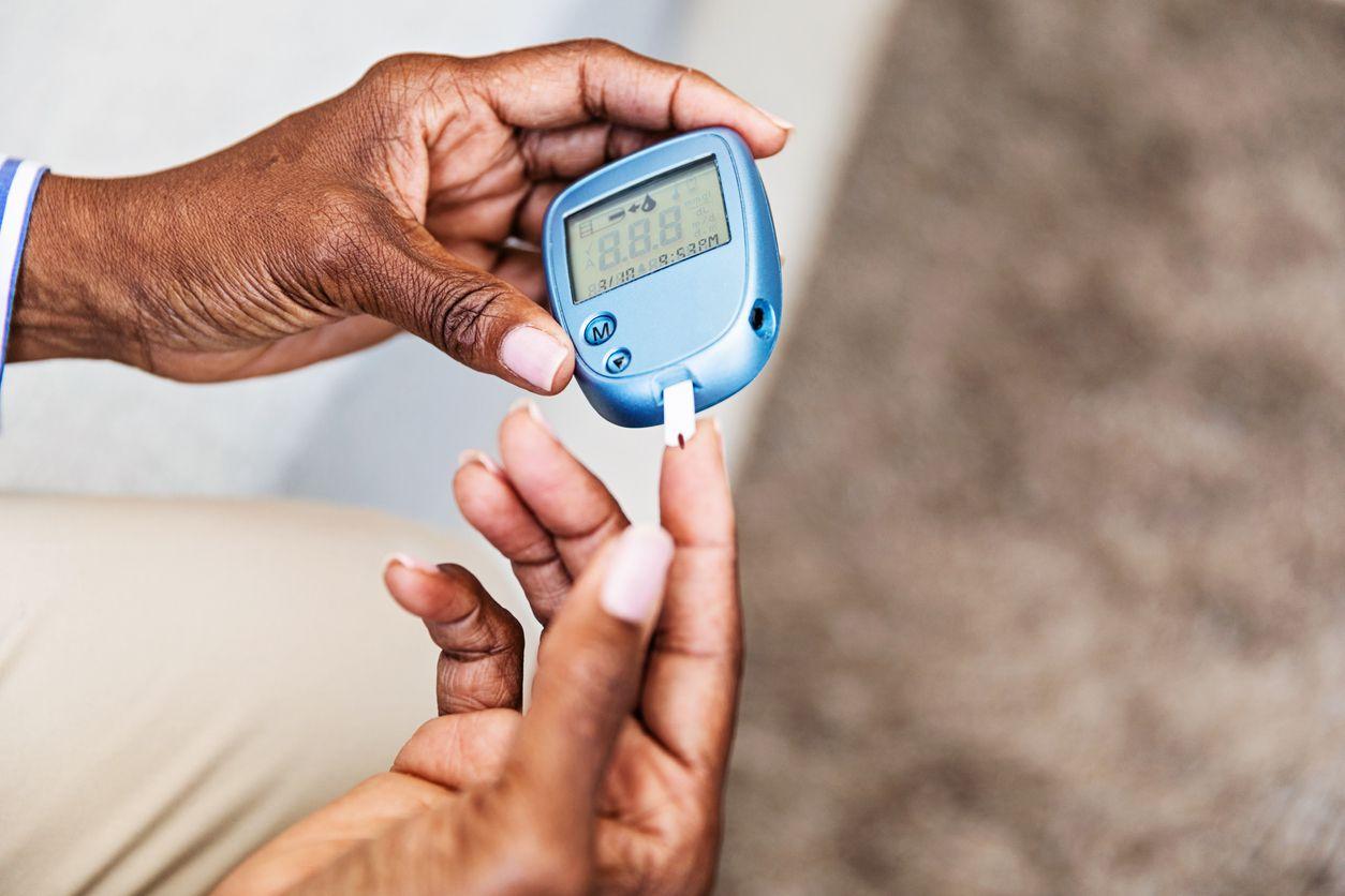 Una persona con diabetes monitorea el nivel de azucar en su sangre.