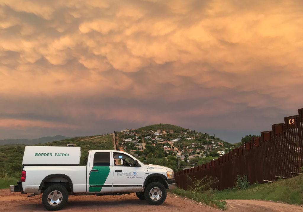 Una camioneta de la Patrulla Fronteriza vigila la barda en la frontera entre Nogales, Arizona, y Nogales, Arizona. (GETTY IMAGES/JOHN MOORE)
