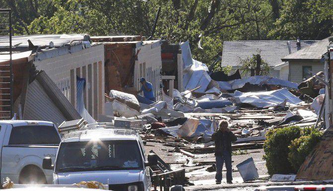 Algunas personas revisan el daño que causaron los tornados en Oklahoma City. (AP/SUE OGROCKI)