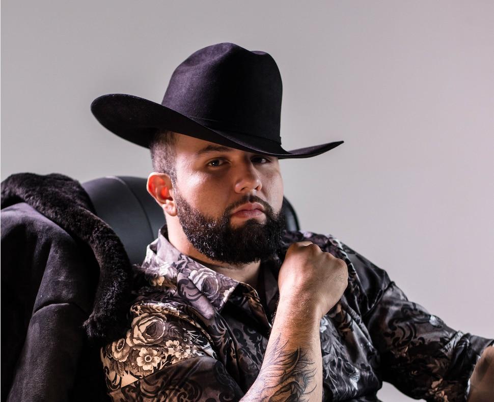 Carín León se llevó el premio a La Revelación del Año en los Premios de La Radio 2019.