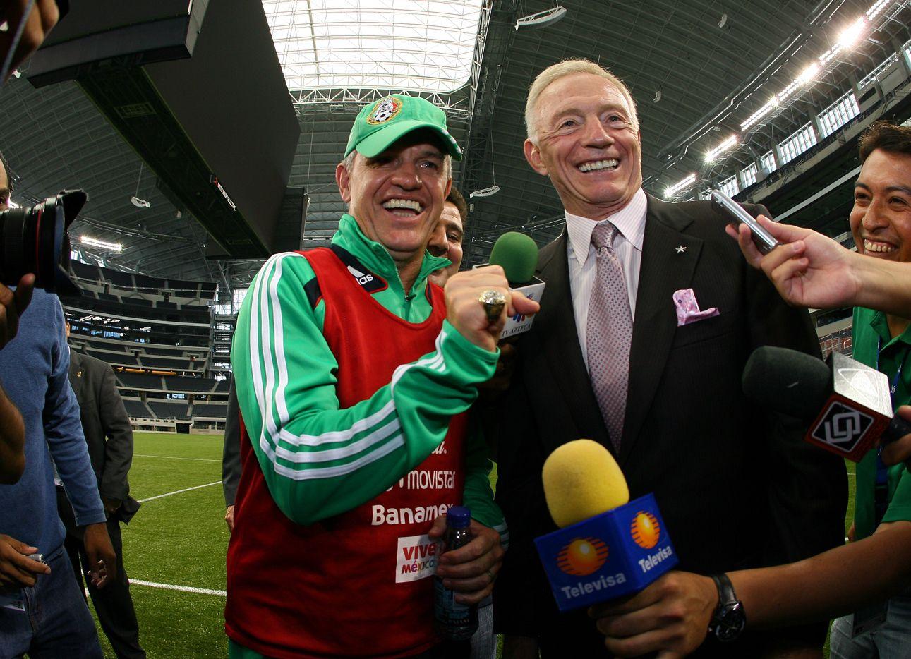 Javier Aguirre(izq) dirigía a la selección mexicana cuando vino a jugar al estadio de los Cowboys en 2009 y ahí conoció al dueño del equipo de Dallas, Jerry Jones.