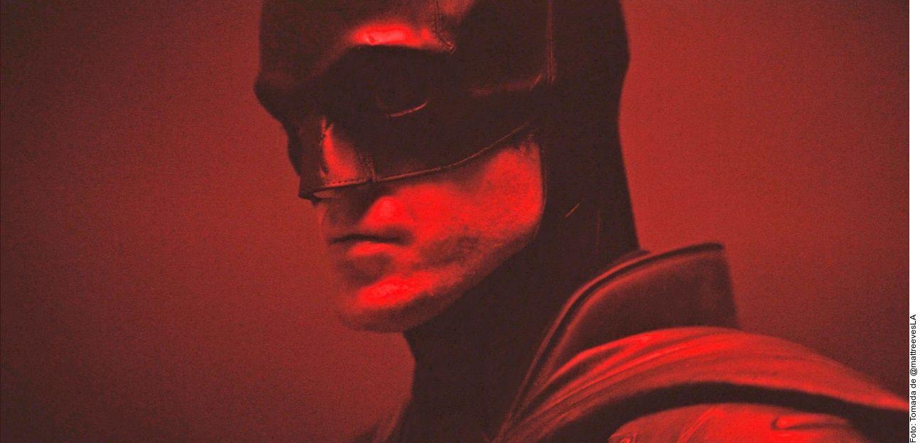 Las primeras imágenes oficiales de la cinta The Batman fueron reveladas por su director Matt Reeves. A través de sus redes sociales, el cineasta publicó ayer un video en el que se ve a Robert Pattinson (foto), por primera vez, con el traje puesto