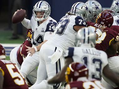 El mariscal de los Dallas Cowboys, Andy Dalton, trata de lanzar un pase bajo presión de la defensiva de Washington, el 26 de noviembre de 2020 en el AT&T Stadium de Arlington.