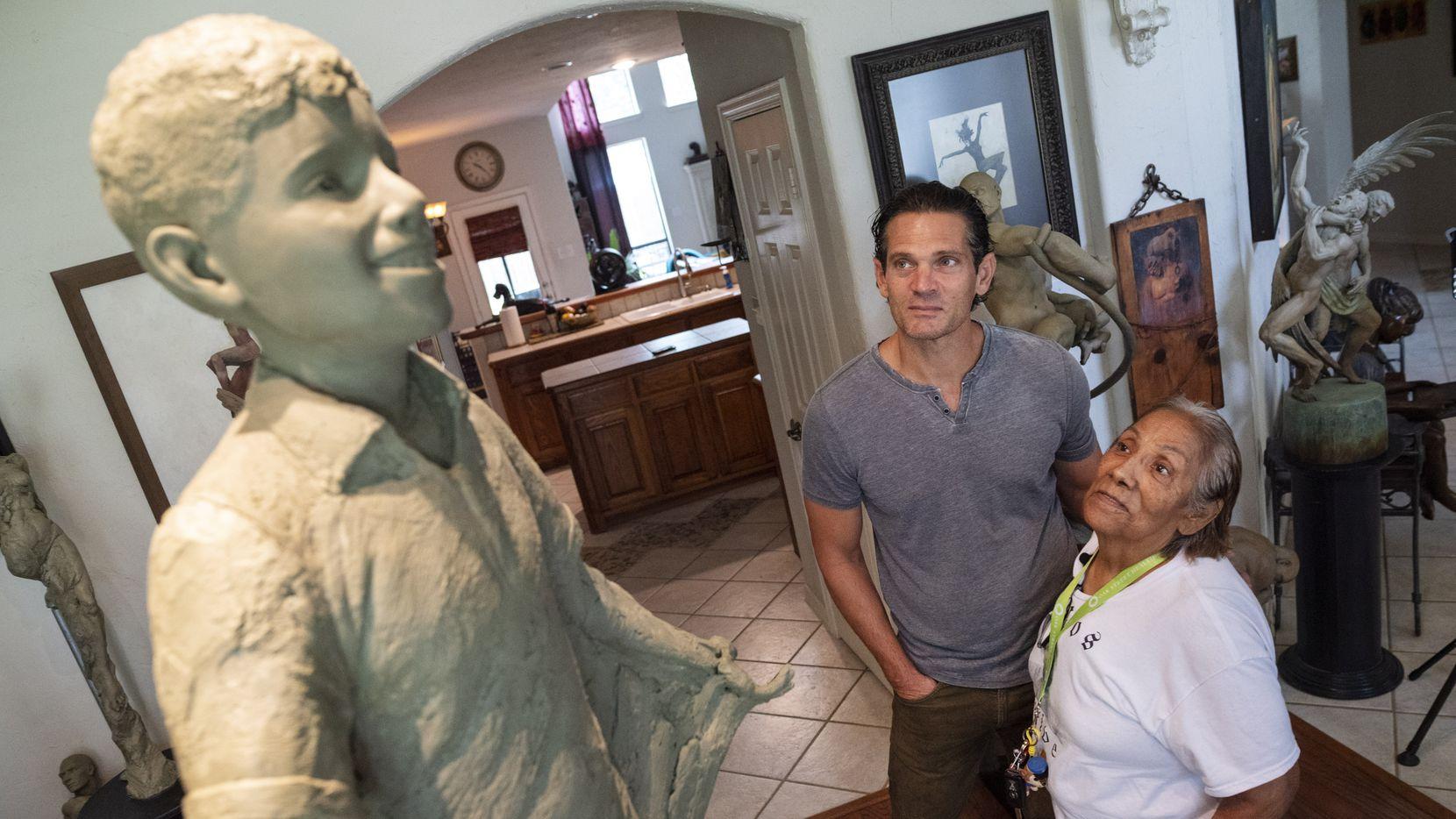 Bessie Rodríguez, de 77 años, pudo ver la estatua en honor a su hijo Santos esta semana por primera vez. Le fue develada por el escultor Seth Vandable en su domicilio de Cedar Hill.