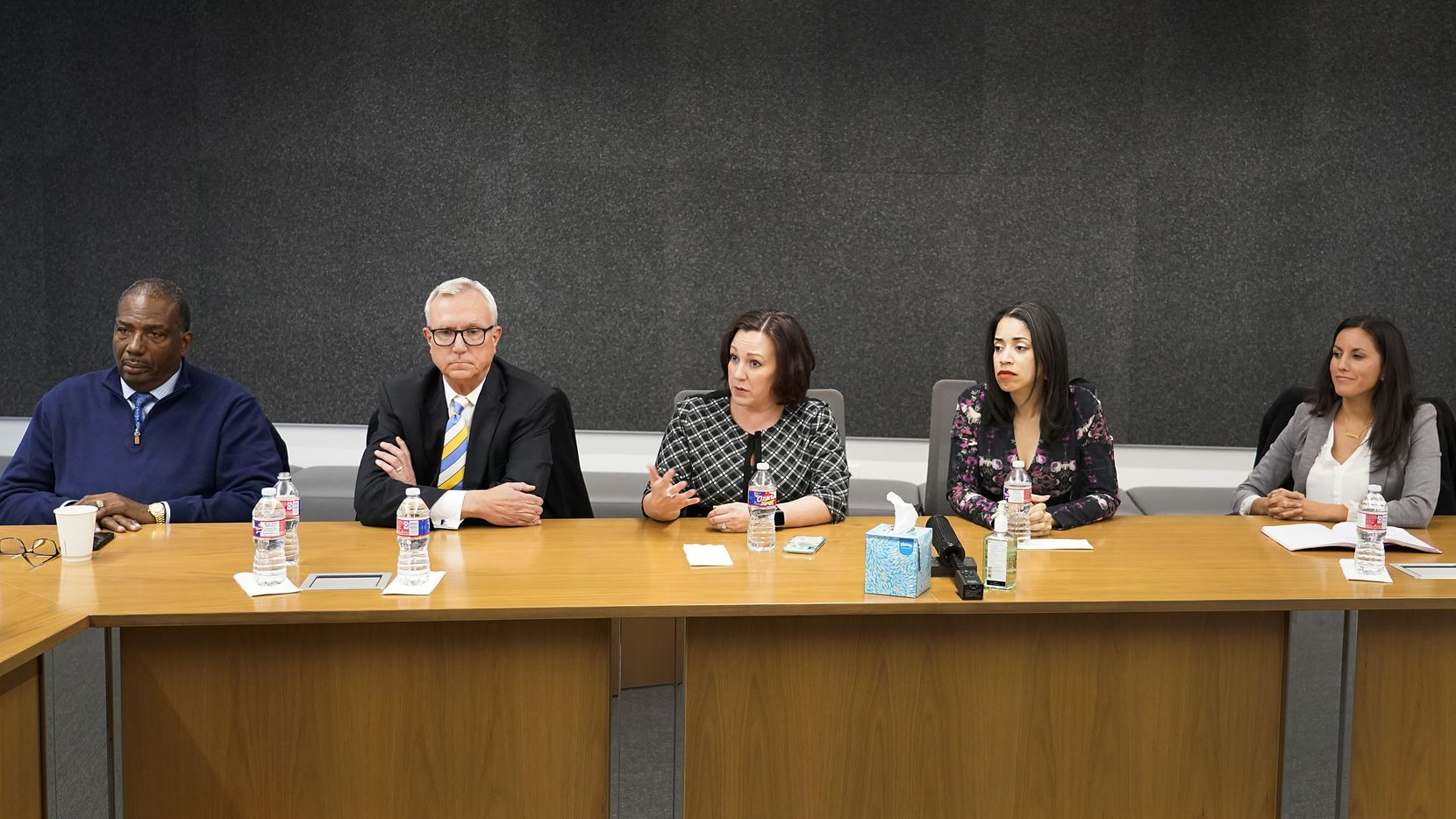 (Desde la izq.) Los candidatos al senado federal Royce West, Chris Bell, MJ Hegar, Amanda Edwards y Cristina Tzintzún Ramírez participan de un panel con la junta editorial de The Dallas Morning News