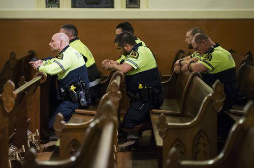 Varios policías asistieron a la misa en homenaje a su compañero fallecido, Rogelio Santander. ASHLEY LANDIS/DMN