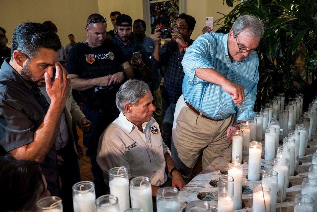 El gobernador Greg Abbott (centro) junto al alcalde de El Paso, Dee Margo (der.) durante una vigilia realizada en El Paso al día siguiente de la masacre en la que murieron 22 personas.