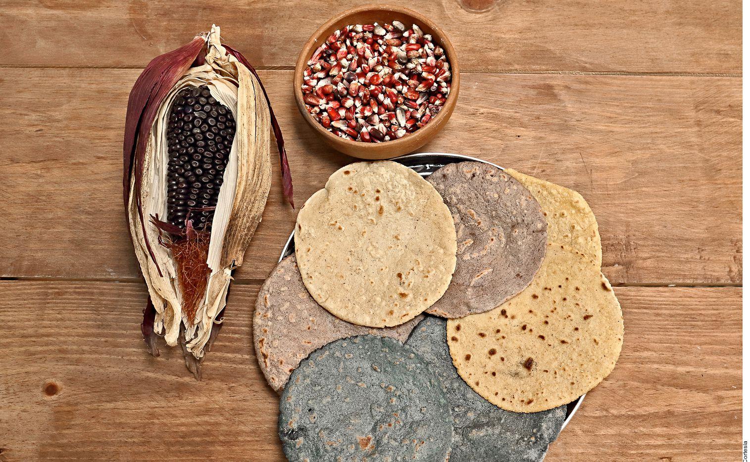 ¿Te has preguntado qué contienen las tortillas de maíz que llevas a tu mesa? Según el chef e investigador gastronómico Ricardo Muñoz Zurita, este elemento fundamental de la cocina mexicana.