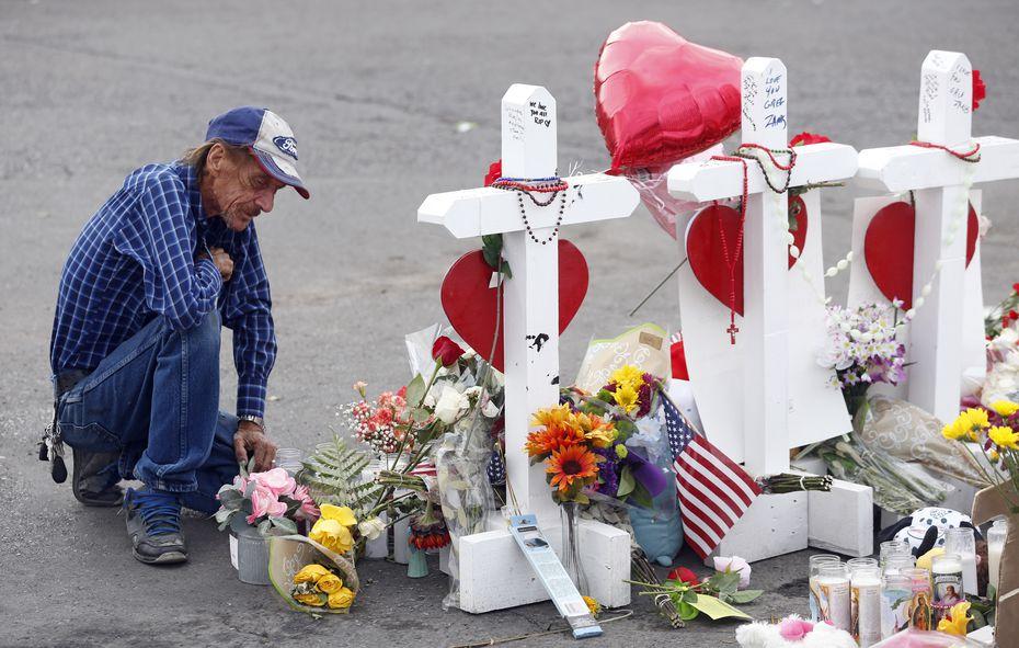 Antonio Basco se inclina frente a las cruces que honran a los fallecidos en El Paso, el 3 de agosto.
