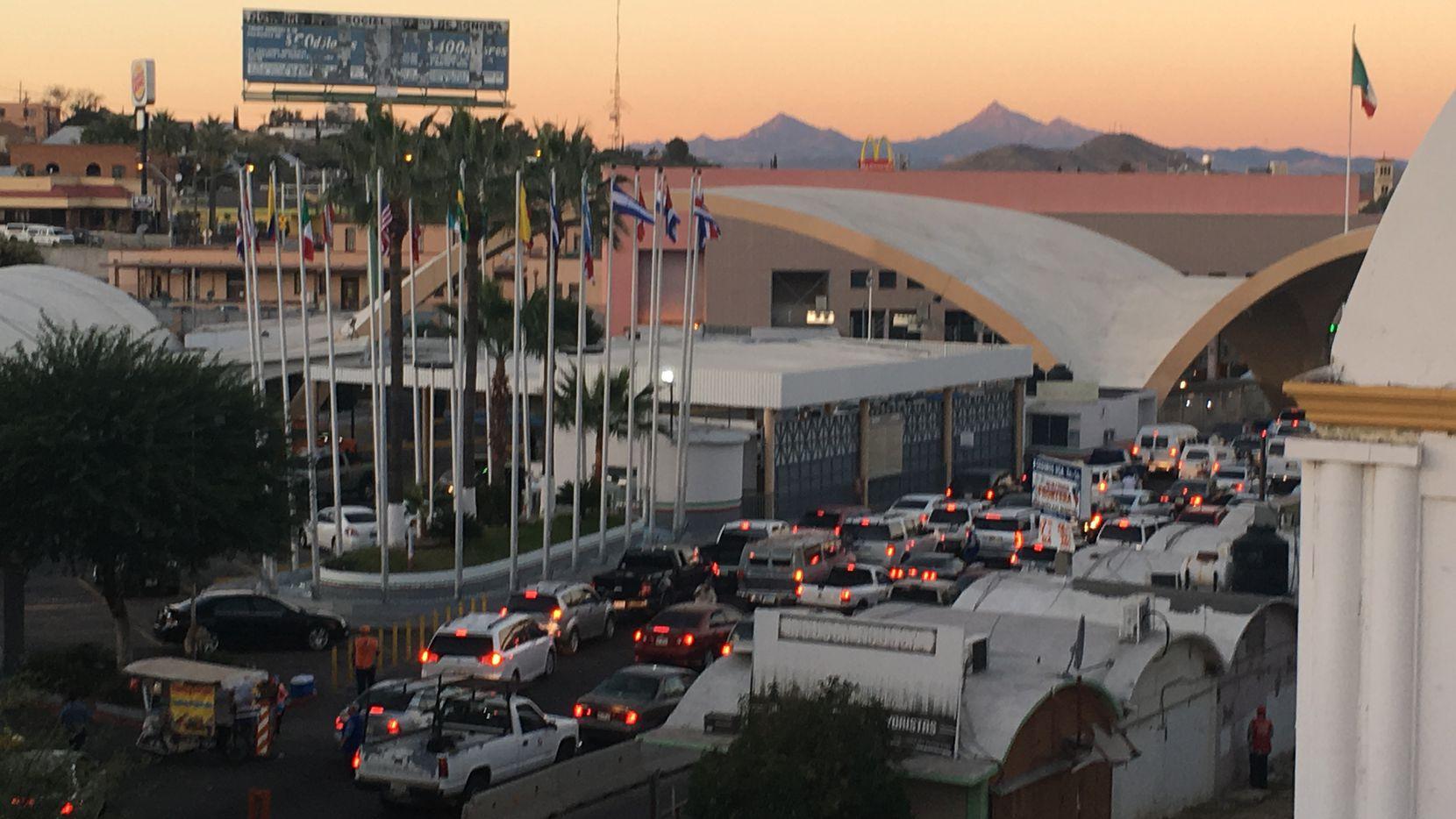 Vehículos fueron detenidos por manifestantes en Sonora, preocupados por poca revisión a visitantes estadounidenses.